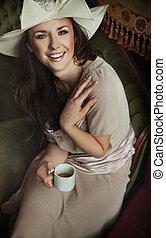 쾌활한, 나이 적은 편의, 브루넷의 사람, 마시는 커피