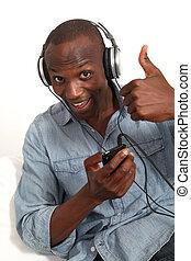 쾌활한, 남자, 음악을 듣는 것