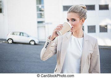쾌활한, 유행, 여자 실업가, 마시는 커피
