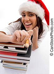 쾌활한, 학생, 입는 것, 크리스마스 모자, 와, 책의 스택