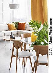 크게, 녹색의 잎, 에서, 유리 화병, 통하고 있는, 그만큼, 나무로 되는 테이블, 에서, 다채로운, 거실, 의, 유행, 아파트