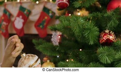 클로우즈업, 의, 소녀, 에서, 스웨터, 매다는 데 쓰는, 황금, 값싼 물건, 통하고 있는, 크리스마스 나무
