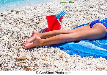 클로우즈업, 의, 어린 소녀, 다리, 통하고 있는, 열대 바닷가, 와, 조약돌