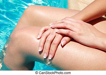 클로우즈업, 초상, 의, 여성, 다리, 와, 손, 에서, 수영 풀