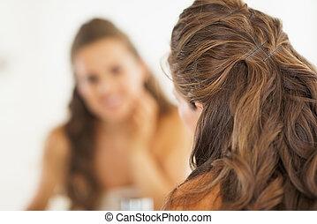 클로우즈업, 통하고 있는, 보고 있는 여성, 에서, 거울, 에서, 욕실