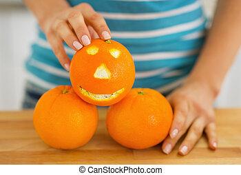 클로우즈업, 통하고 있는, 오렌지, 와, 재미있은 얼굴, 에서, 손, 의, 젊은 숙녀