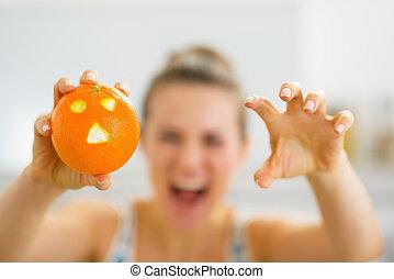 클로우즈업, 통하고 있는, 오렌지, 와, hallowing, 얼굴, 에서, 손, 의, 젊은 숙녀