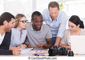 토론, 새로운, 고아하다, 함께., 그룹, 의, 쾌활한, 실업가, 함께 앉아 있는 것, 테이블에서, 와..., 토론, 무엇인가