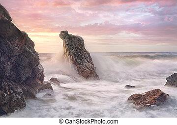 파도, surges, 완전히, 바위가 많은, 해안선, 에, 해돋이