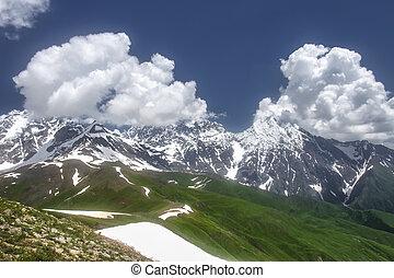 파랑 산, 구름, 바위가 많은, 하이킹, 설백의, georgia., 자연, range., 은 구역수색한다, 놀랄 만한, 산, 첨단, svaneti, 야생의, highlands., sky., 코카서스, 조경술을 써서 녹화하다, 보이는 상태