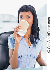 평온, 여자 실업가, 마시는 커피