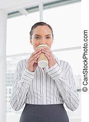 평화로운, 여자 실업가, 마시는 커피