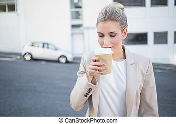 평화로운, 유행, 여자 실업가, 냄새맡음, 커피