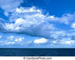 푸른 하늘, 호수, 흐린