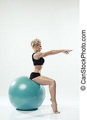 하나, 코카서스 사람, 여자, 운동시키는 것, 적당 공, 연습, 앉다, 통하고 있는, 공