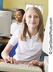 학생, 컴퓨터에, 말단, 타이프라이터로 치기, 와, 학생, 에서, 배경, (selective, focus)