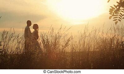 한 쌍, 결혼한, 나이 적은 편의, 들판, softly, 일몰, 배경, 키스하는 것