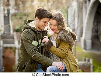 한 쌍, 와, 장미, 사랑안에, 키스하는 것, 통하고 있는, 거리, 골목, 경축하는, 연인 날, 와, 열정, 착석, 통하고 있는, 도시 공원