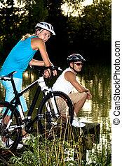 한 쌍, 자전거를 탐