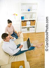 한 쌍, 휴대용 개인 컴퓨터를 사용하는 것, 컴퓨터