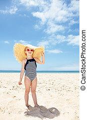 행복하다, 소녀, 에서, 줄무늬가 있는, 수영복, 와..., 크게, 밀집모자, 백색 위에서, 바닷가
