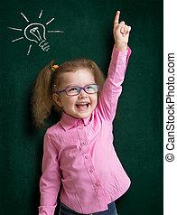 행복하다, 아이, 소녀, 에서, 안경, 와, 밝은 아이디어, 서 있는, 공간으로 가까이, 학교, 칠판, 에서, 교실