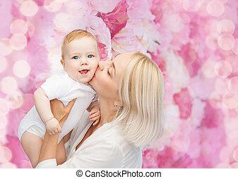 행복하다, 어머니, 키스하는 것, 미소 짓고 있는 아기