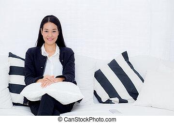 행복하다, 여자 실업가, 소파에 앉는, 사진기를 보는, 에서, 그만큼, 사무실.