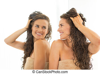 행복하다, 젊은 숙녀, 와, 길게, 축축한 머리, 거울안에 보는