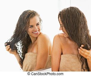행복하다, 젊은 숙녀, 와, 축축한 머리, 거울안에 보는