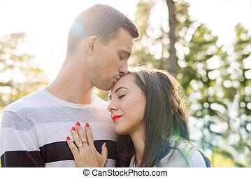 행복하다, 젊음 한 쌍, 에서, love., 공원, 옥외, date., 사랑하고 있는 한 쌍, relationship., 남자, 키스하는 것, 여자, 통하고 있는, 그녀, forehead.