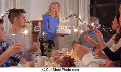 행복한 가족, 가지고 있는 것, 생일 파티, 집의
