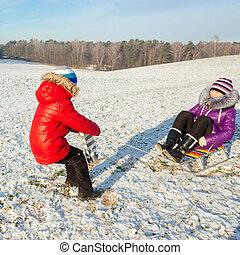 행복한 가족, 재미를 있는, 에서, 그만큼, snow., 형제와 여동생, 재미를 있는, 와, a, 썰매, 에서, 그만큼, winter., 아이들, 재미를 있는, 에서, 그만큼, 겨울