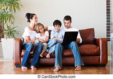 행복한 가족, 함께 노는 것, 와, a, 휴대용 퍼스널 컴퓨터