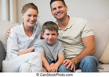 행복한 가족, 함께 앉아 있는 것, 통하고 있는, 소파