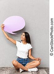 행복한 여자, 입는 것, 캐쥬얼한 옷, 보유, 공백, balloon, 와, copyspace, 동안, 마루에 앉아 있는 것, 와, 교차하는다리, 고립된, 위의, 회색의 배경