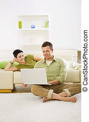 행복한 커플, 컴퓨터를 사용하는 것