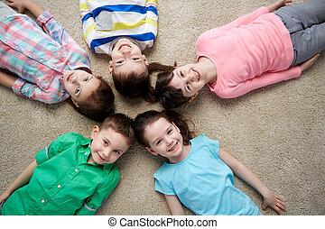 행복해 미소 짓는 것, 거의, 아이들, 지면에 속이는