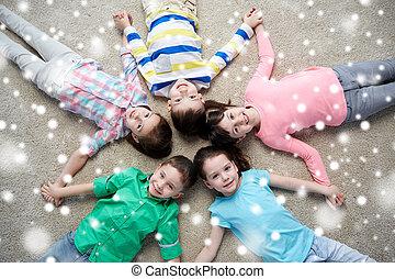 행복해 미소 짓는 것, 아이들, 지면에 속이는, 위의, 눈