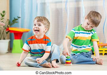 혼자서 젓는 길쭉한 보트, 아이들, 놀이에, 장난감, 옥내의
