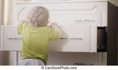 혼자서 젓는 길쭉한 보트, 은 가지고 간다, 그녀, 서랍, dresser's, 갓난 여자 아기, 천