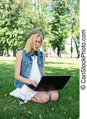혼합한 경주, 대학생, 잔디에 앉는, 일