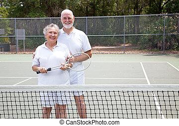 활동적인 연장자, 통하고 있는, 테니스 코트