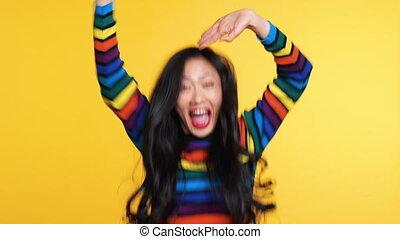 황색, 여자, 뛰는 것, rejoices, 아시아 사람, 가지고 있는 것, 배경, 흥분한다, 재미