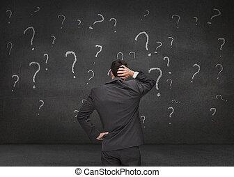 후부의 보기, 의, a, 의심스러운, 실업가, 보는, 여러 가지이다, 물음표, 그어진, 통하고 있는, a, 회색, 벽