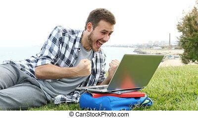 휴대용 개인 컴퓨터를 사용하는 것, 풀, 흥분한다, 학생