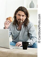 휴대용 컴퓨터을 사용하여남자