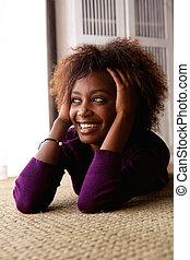 흑인 여성, 눕, 통하고 있는, 바닥, 미소