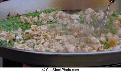 -, énorme, poulet, pois, motion:, lent, morceaux, fin, cuisine, haut, chef cuistot, viande, wok, vue