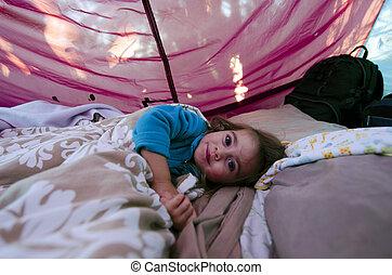 -, 幼年時代, キャンピングテント